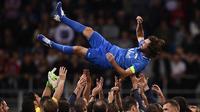 Mantan pemain Timnas Italia, Andrea Pirlo, diangkat rekan-rekannya usai laga Notte del Maestro di Stadion Giuseppe Meazza, Milan, Senin (21/5/2018). Laga ini merupakan seremoni gantung sepatu dari Andrea Pirlo. (AFP/Marco Bertorello)