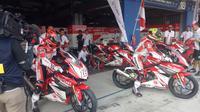 Pembalap Astra Honda Racing Team (AHRT), Mario Suryo Aji (kiri) (Liputan6.com / Jonathan Pandapotan)
