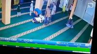 Kamera CCTV (Closed Circuit Television) di Masjid Besar Sei Tualang Raso, Kota Tanjung Balai, Sumatera Utara (Sumut) merekam detik-detik seorang jemaah pria meninggal dunia ketika sedang salat