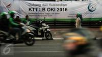 Spanduk dukungan pelaksanaan KTT Luar Biasa OKI terpasang di depang gedung Kemenpora, Jakarta, Jumat (4/3/2016). KTT Luar Biasa OKI akan berlangsung 6-7 Maret di Jakarta Convention Centre. (Liputan6.com/Helmi Fithriansyah)