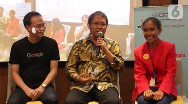 Menkominfo Rudiantara (tengah) memberi paparan pada acara Girls Takeover 'Sehari Jadi Menteri' yang digelar Yayasan Plan International Indonesia di kantor Google Indonesia, Jakarta, Kamis (10/10/2019). Siswi asal NTT berkesempatan menjadi Menkominfo selama satu hari. (Liputan6.com/HO/Ijal)