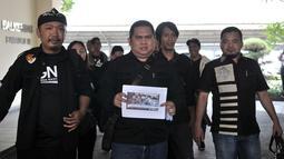 Anggota Garda Nasional untuk Rakyat (GNR) menunjukkan barang bukti saat melaporkan capres dan cawapres Prabowo-Sandi ke Bawaslu, Jakarta, Kamis (4/10). Prabowo-Sandi diduga menyebarkan hoaks penganiayaan Ratna Sarumpaet. (Merdeka.com/Iqbal Nugroho)