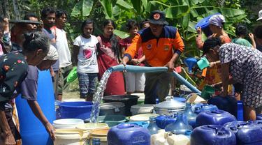 Warga Patimuan, Cilacap mengantre droping lantaran krisis air bersih pada 2015. (Foto: Liputan6.com/Ridlo)
