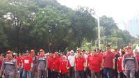 Wapres Jusuf Kalla mengikuti acara jalan sehat Alumni Unhas Makassar di Gelora Bung Karno, Jakarta, Sabtu (31/3/2018). (Liputan6.com/Yunita Amalia)