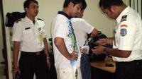 Petugas Rumah Detensi Imigrasi (Rudenim) Tanjungpinang, Provinsi Kepulauan Riau (Kepri) melakukan pemeriksaan terhadap barang bawaan imigran gelap Afghanistan. (Antara)