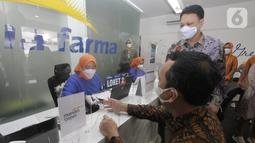 Direktur Utama Bank Mandiri Taspen Elmamber P. Sinaga (kiri) dan Plt. Direktur Utama Kimia Farma Diagnostika Agus Chandra saat di loket Kimia Farma di Bandung, Jawa Barat (03/9/2021). (Liputan6.com/HO/Mandiri Taspen)