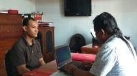 Warga Pasuruan mengaku mengunggah berita hoaks PDIP yang dikutip dari laman Facebook orang lain karena kesal dengan kebijakan pemerintah yang dinilai menyengsarakan orangtuanya sebagai petani. (Liputan6.com/Dian Kurniawan)