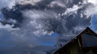 FOTO: Erupsi, Abu Vulkanik Gunung Sinabung Selimuti Karo