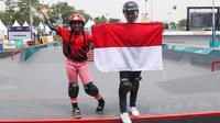 Skateboarder putri Indonesia Aliqqa Novvery (kiri) dan Bunga Nyimas mengibarkan bendera merah putih usai mengikuti final skateboard kelas taman putri Asian Games 2018 di Palembang, Sumatera Selatan, Rabu (29/8). (ANTARA FOTO/INASGOC/M N Kanwa/thv/18)