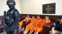 4 WNA tersangka pembawa sabu 1,6 ton di Kantor Dit IV Narkoba Bareskrim Polri, Cawang (Liputan6.com/ Nafiysul Qodar)