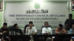 Ustaz Abdul Somad (ketiga kanan) didampingi Sekjen MUI Anwar Abas (ketiga kiri), Ketua MUI Bidang Luar Negeri Muhyiddin (kedua kanan) serta sejumlah petinggi MUI saat menggelar konpers usai pertemuan di Kantor MUI, Jakarta, Rabu (21/8/2019). (merdeka.com/Iqbal S. Nugroho)
