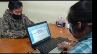 IJ, warga Karangmekar, Rancabakung, Kabupaten Tasikmalaya, Jawa Barat, saat melakukan laporan yang terbongkar saat membuat laporan palsu di Kepolisian. (Liputan6.com/Jayadi Supriadin)