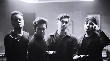 7 Potret Joshua Suherman Bersama Grup Musiknya Yowis Ben