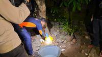 Tim Inafis polres Purbalingga  menyelidiki kejadian keracunan sate ayam di Desa Selabaya, Kalimanah, Purbalingga. (Foto: Liputan6.com/Polres Purbalingga)