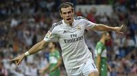 Penyerang Real Madrid, Gareth Bale, merayakan gol yang dicetaknya ke gawang Elche pada laga La Liga di Stadion Santiago Bernabeu, Spanyol, Selasa (23/9/2014). (AFP/Gerard Julien)