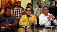 Ketua Generasi Muda Partai Golkar (GMPG) Ahmad Doli Kurnia (tengah) bersama Generasi Muda Partai Golkar memberikan keterangan pers kepada wartawan di Jakarta, Rabu (19/7). GMPG juga mendesak diadakannya Munaslub Partai Golkar. (Liputan6.com/Johan Tallo)
