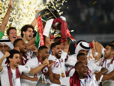 Para pemain Qatar merayakan gelar juara Piala Asia 2019 usai mengalahkan Jepang pada laga final di Stadion Zayed Sports City, Abu Dhabi, Jumat (1/2). Qatar menang 3-1 atas Jepang. (AFP/Roslan Rahman)
