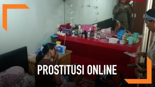 6 wanita ditangkap di Apartemen Kebagusan City karena diduga terlibat prostitusi online. Selain para wanita, seorang pria yang diduga muncikari juga ikut ditangkap.