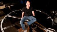 Jeff Bezos, pendiri Amazon, dengan jam raksasa ciptaannya senilai Rp 574 triliun. (Foto: Wired)