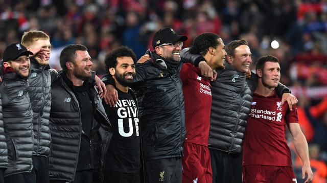 Manajer Liverpool, Jurgen Klopp (bertopi), berselebrasi bersama para pemain setelah mengalahkan Barcelona pada leg kedua semifinal Liga Champions, di Anfield, Rabu (8/5/2019) dini hari WIB. (AFP/Paul Ellis)