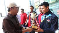 Menpora Imam Nahrawi  menyambut kedatangan Tim Nasional Bola Voli Putra Indonesia yang berhasil menjuarai Turnamen Bola Voli Internasional Lienvietpostbank, Jumat (1/6/2018). (dok. Kemenpora)