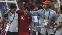 Striker Timnas Indonesia, Egy Maulana, ditandu karena cedera saat melawan UEA pada laga AFC U-19 Championship di SUGBK, Jakarta, Selasa (24/10). Indonesia menang 1-0 atas UEA. (Bola.com/Vitalis Yogi Trisna)