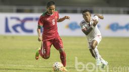 Pemain Timnas U-22 Indonesia, Evan Dimas berusaha melewati hadangan pemain Myanmar pada laga uji coba di Stadion Pakansari, Selasa (21/3/2017). Indonesia kalah 1-3 dari Myanmar. (Bola.com/Vitalis Yogi Trisna)