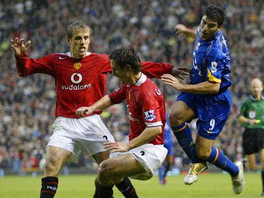 Siapa yang tak kenal pasangan kakak beradik Gary dan Phil Neville. Mereka berdua kompak membela Manchester United dan meraih gelar treble bersama. (Foto: AFP/Magi Haroun)