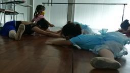 Sejumlah murid mengikuti gerakan balet di sanggar on point Ballet School, Jakarta, Jumat (11/06/2021). Sanggar balet tersebut sudah buka kembali normal, dengan kapasita 50 persen, untuk murid yang kurang sehat dan masih belom berani tatap muka, di bukakan online.(Liputan6.com/Herman Zakharia)