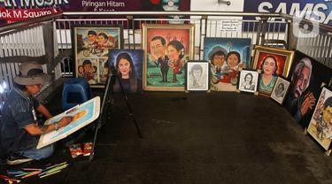 Seniman lukis mengerjakan order jasa lukis di kawasan Blok M Square, Jakarta Selatan, Sabtu (8/2/2020). Untuk satu wajah, mereka membanderol harga mulai dari Rp 400.000 untuk BW dan Rp 600.000 untuk full clour berukuran 2R. (Liputan6.com/Johan Tallo)