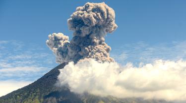 Mengabadikan Pemandangan Erupsi Gunung Agung