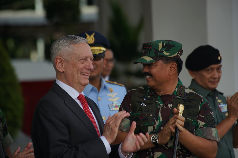Menhan AS Jim Mattis menikmati aksi pertunjukkan para Kopassus saat parade militer di Jakarta (24/1/2018) (Sumber: Handout via Newsweek)
