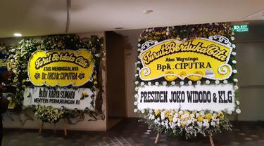 Karangan bunga tanda duka cita meninggalnya pengusaha Ciputra di  Artepreneur Ciputra Word 1, Kuningan Jakarta. Merdeka.com/Dwi Aditya