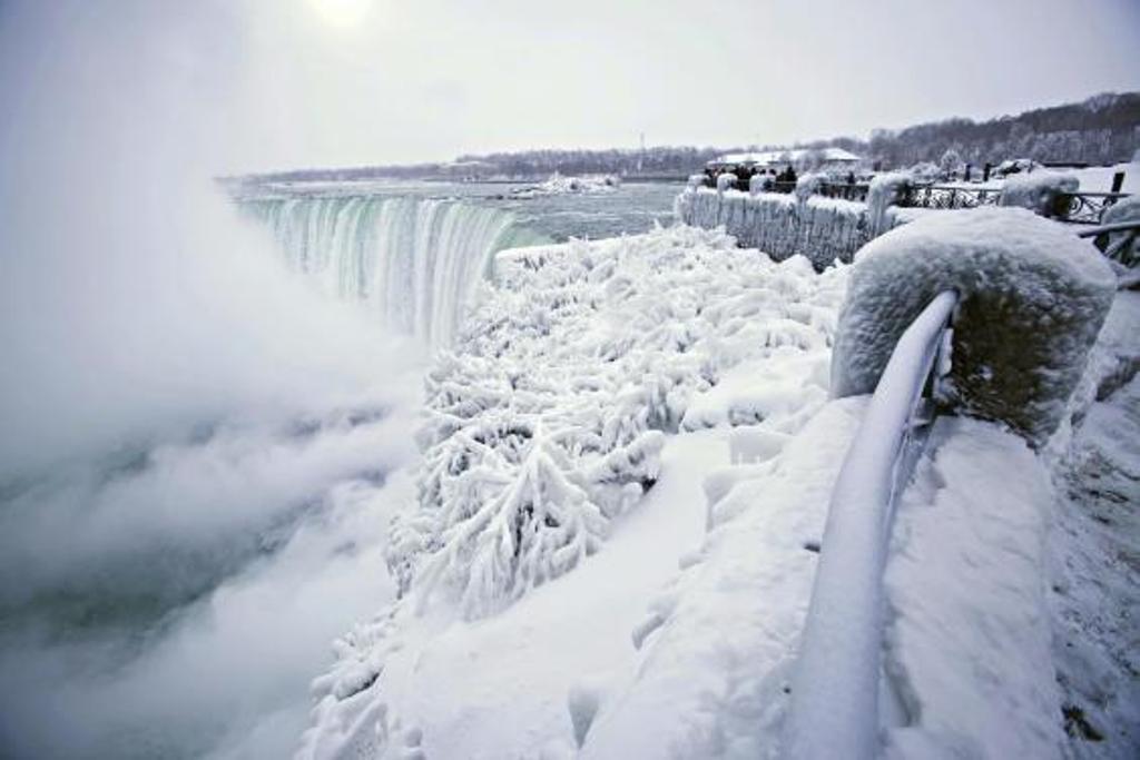 Air Terjun Niagara Membeku, Indahnya Seperti di Film Frozen (AP)