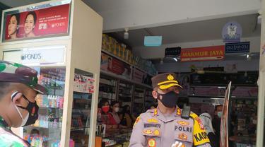 Wakil Satgas Covid-19 sekaligus Kepolres Garut AKBP Wirdhanto Hadicaksono memberikan himbauan kepada warga untuk tetap mematuhi prokes kesehatan termasuk menjaga jarak dari kerumuman.