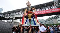 Peserta pawai perayaan Hari Batik Nasional membawa Gatotkaca saat Hari Bebas Kendaraan di kawasan Bundaran HI, Jakarta, Minggu (1/10). Parade Batik Nusantara ini perayaan Hari Batik Nasional 2 Oktober. (Liputan6.com/Helmi Fithriansyah)