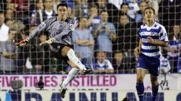 1. John Terry (Chelsea Vs Reading, 2006) - Cedera yang dialami oleh Petr Cech and Carlo Cudicini membuatnya harus menjadi kiper dadakan. Dirinya mampu menjalankan tugas dengan baik dan The Blues menang 1-0. (AFP/Adrian Dennis)