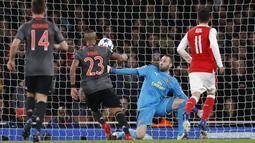 Gelandang Bayern Munchen, Arturo Vidal, saat mencetak gol ke gawang Arsenal pada leg kedua babak 16 besar Liga Champions di Stadion Emirates, London, (7/3/2017). Bayern Munchen menang agregat 10-2 atas Arsenal. (AFP/Ian Kington)