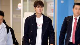 Saat kembali dari Indonesia, penampilan Lee Min Ho juga menjadi sorotan. Ia mengenakan kaus berwarna putih yang dipadukan dengan jaket berwarna gelap. Tatanan rambut pria kelahiran 22 Juni 1987 itu juga dibiarkan berantakan. (Liputan6.com/IG/@koreadispatch)