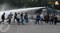 Dalam simulasi pengamanan aksi massa polisi juga memeragakan penggunaan kendaraan water cannon sebagai upaya membubarkan massa (Liputan6.com/ Helmi Fithriansyah)