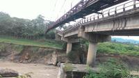 Jembatan Cipamingkis Kampung Jagaita, Desa Jonggol, Kecamatan Jonggol Kabupaten Bogor ambles pada Kamis 13 April