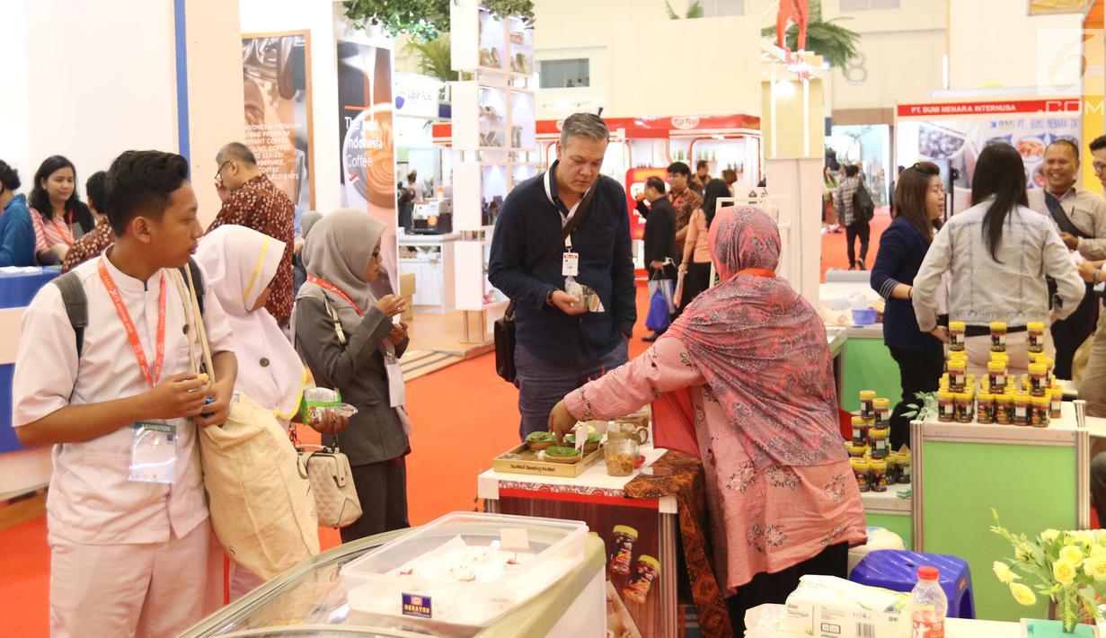 Pengunjung melihat prodak yang di pamerkan dalam Trade Expo Indonesia 2018 di ICE BSD, Kamis (25/10).Pameran ini dihadiri lebih dari 20.000 pengunjung termasuk para pengusaha dari berbagai negara. (Liputan6.com/Angga Yuniar)