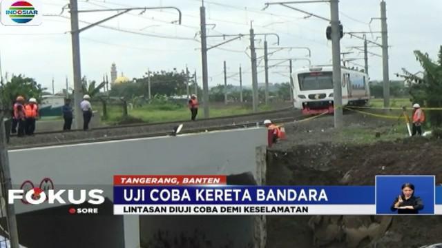 Dirut PT KAI Edi Sukmoro meninjau langsung perbaikan untuk membuat penyangga darurat agar bantalan rel tidak ambruk.