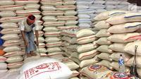 Pekerja mengambil karung beras di Pasar Induk Beras Cipinang, Jakarta, Senin (15/1). Wagub Sandiaga Uno mengatakan Pemprov DKI akan selalu membeli beras Sulawesi dan Banten karena lebih memprioritaskan beras dari petani. (Liputan6.com/Immanuel Antonius)
