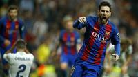 Bintang Barcelona, Lionel Messi, merayakan gol yang dicetaknya ke gawang Real Madrid pada laga La Liga di Stadion Santiago Bernabeu, Madrid, Minggu (23/4/2017). (AFP/Oscar Del Pozo)