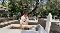 Rahayu Saraswati DjojoHadikoesoemo ziarah ke makam kakek buyutnya, di Taman Makam Pahlawan (TMP) Taruna, Kota Tangerang, Senin (17/8/2020).
