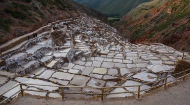 Pemandangan tambak garam Maras di Peru, 27 April 2019. Tambak garam yang terletak di sepanjang lereng Gunung Qaqawiñay pada ketinggian 3.380 mdpl ini sudah digunakan sejak zaman pra-Inca (1430 M). (Pablo PORCIUNCULA BRUNE/AFP)