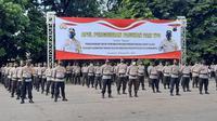 Sejumlah etugas keamanan mengikuti apel pergeseran personel ke TPS di kawasan Stadion Manahan Solo, Selasa, (8/12).(Liputan6.com/Fajar Abrori)