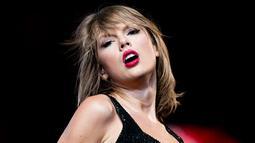 Ekspresi Penyanyi Taylor Swift saat membawakan lagu selama Taylor Swift 1989 World Tour Live In Los Angeles di Staples Center, Los Angeles, California, US, (21/8/2015). (AFP/ Christopher Polk)