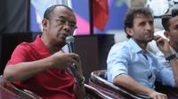 Sesmenpora, Gatot S Dewabroto (kiri) bersama Pelatih Luis Milla saat berbicara terkait tantangan dan peluang Timnas Indonesia U-23 pada Asian Games 2018 di halaman Kemenpora, Jakarta, Minggu (24/6). (Liputan6.com/Helmi Fithriansyah)